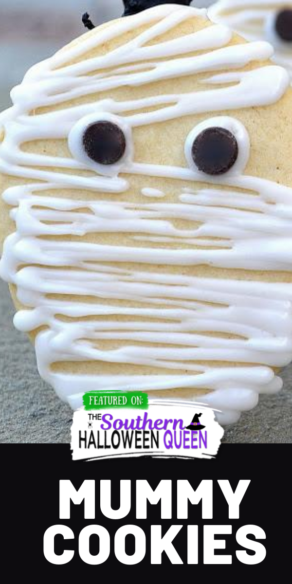 Mummy Cookies - These easy Mummy Cookies are made with sugar cookies, a bit of white icing for bandagesand chocolate chips for eyes! via @southernhalloweenqueen